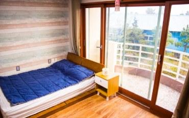 济州岛酒店公寓住宿:近西归浦汽车站的温馨双人房